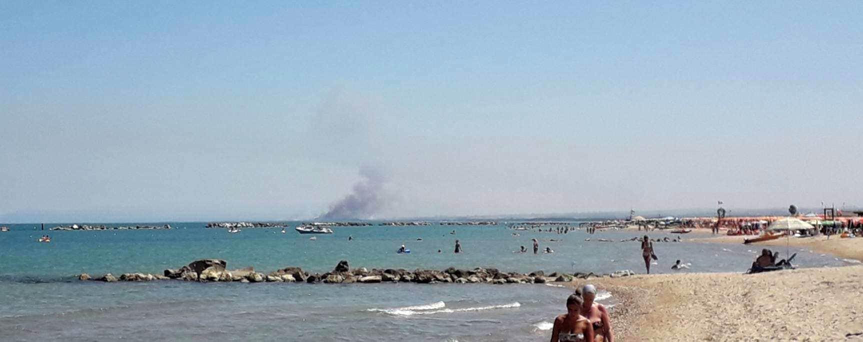 Colonna di fumo dalla spiaggia di Campomarino-2