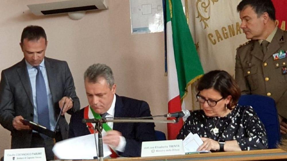 Ministra Trenta la firma con il sindaco Costanzucci-2
