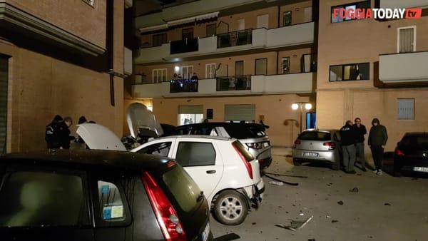 Paura in via D'Aragona, bomba fa saltare in aria un'auto e ne danneggia un'altra: le immagini