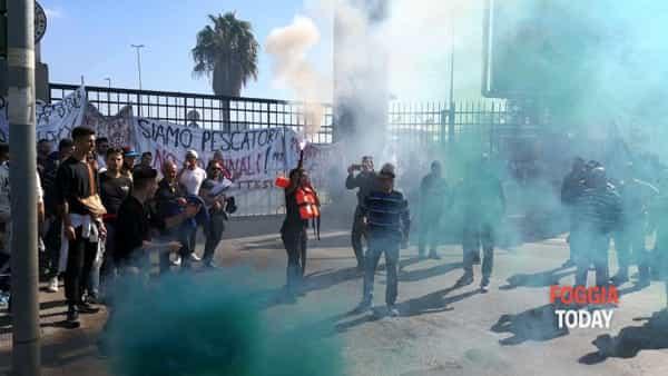 Pescatori in rivolta, bombe carta e due poliziotti feriti: a Bari decine di lavoratori anche da Manfredonia (VIDEO)