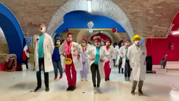 Nei reparti dell'ospedale Lastaria arrivano i clown dottori a distanza: schermi tv e video per alleviare solitudine e dolori