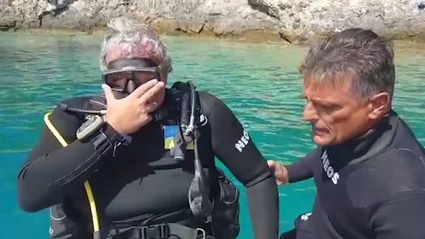 """Emiliano e Luxuria si immergono nel mare delle Tremiti, con dieci ragazzi non vedenti puliranno i fondali: """"Vinciamo ogni limite"""""""