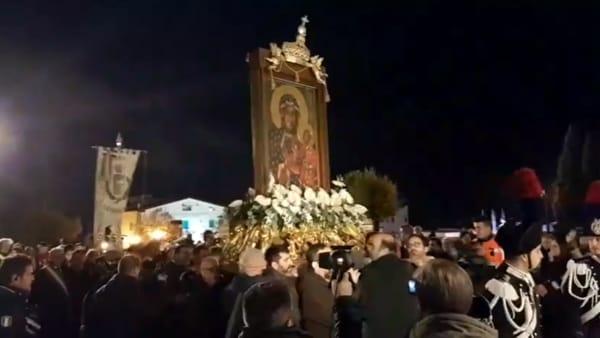 Grande momento di fede nella città di San Pio: fedeli abbracciano la 'Madonna Nera' di Częstochowa amata da Giovanni Paolo II