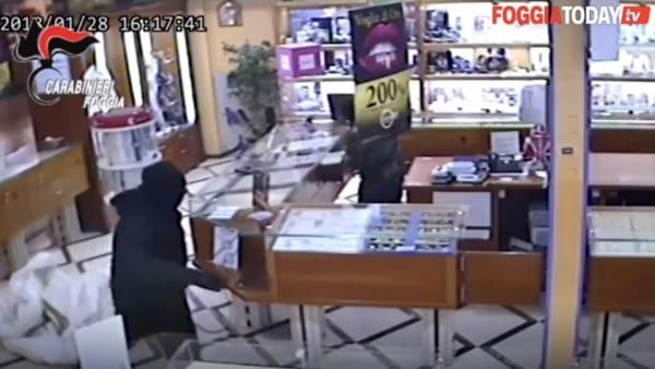 Rapina al negozio 'Follie d'oro': con pistole e fucili minacciano i dipendenti e svaligiano gioielleria. Le immagini