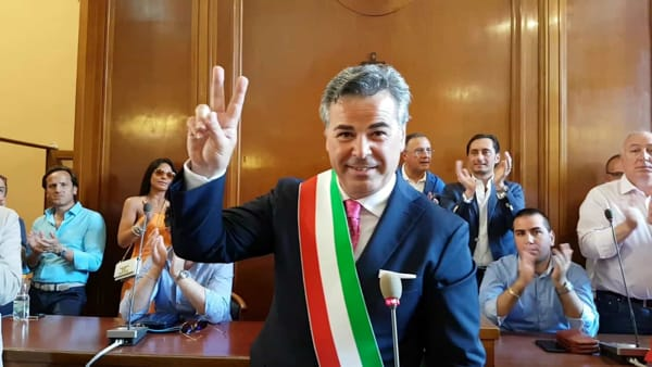 """VIDEO   Applausi, selfie e abbracci per il Landella bis. Il sindaco riparte dal """"Signore"""": """"Futuro di Foggia luminoso"""""""