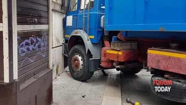 camion palazzo piazza san francesco-3