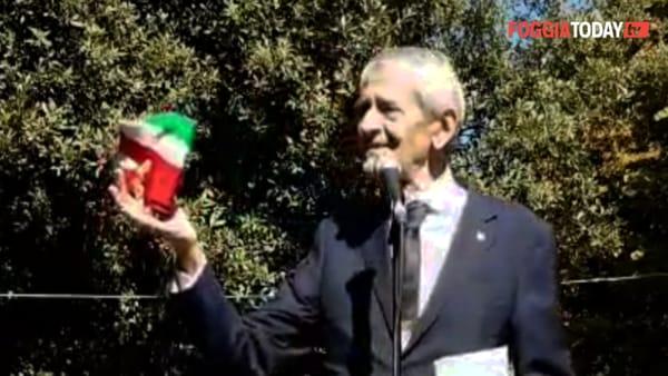 """L'ultimo atto di Metta, il sindaco commosso toglie la fascia tricolore: """"Davanti a voi la tolgo e davanti a voi la rimetterò"""""""