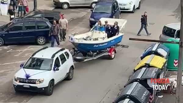 """Matrimonio in barca a Foggia: il video è virale. Pio e Amedeo: """"Finché mare non vi separi"""""""