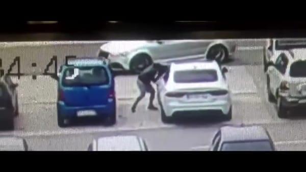 VIDEO | Furto lampo nel parcheggio: così i ladri portano via un'auto