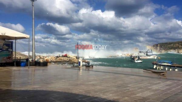 Violenta mareggiata alle Tremiti: interrotti i collegamenti con le isole, affondata imbarcazione