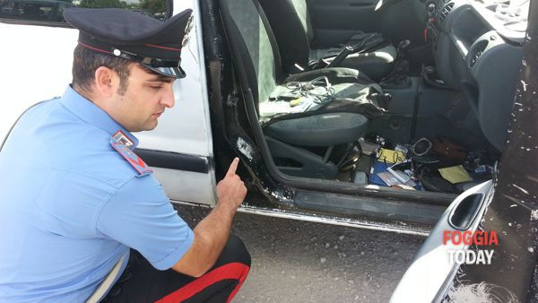 Un Carabiniere mostra il telaio contraffatto del mezzo trovato in possesso dell'arrestato-2