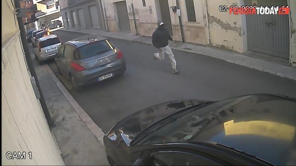 San Severo, a fuoco l'auto del consigliere Carafa: le telecamere immortalano l'autore dell'intimidazione