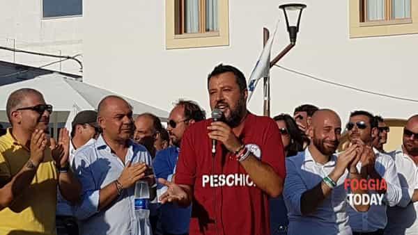 """Bagno di folla (e fischi) a Peschici per Salvini, che la prende male e risponde: """"Voi, fastidiosi come le zanzare"""""""