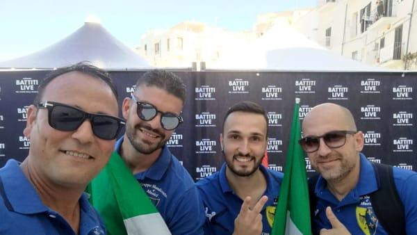 Marcello Calabrese e Francesco Loconte con Davide Mainieri e Michele Ritucci, i due sbandieratori che si sono esibiti a Battiti Live-2