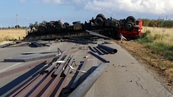 Video - Incidente mortale sulla Statale 16, tir si ribalta tra Foggia e San Severo: le immagini sul luogo della tragedia