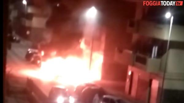 Paura a Carapelle, fuoco e fiamme distruggono auto: le immagini dell'incendio
