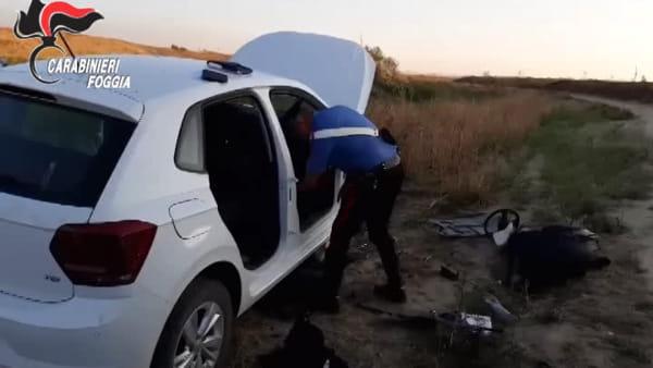 Sorpresi a 'cannibalizzare' auto nel letto del fiume: scatta il blitz a Cerignola, presi due uomini (si cerca il complice)