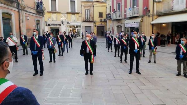 """L'abbraccio delle fasce tricolori a Miglio: """"Siamo tutti Francesco"""". Il sindaco sulle minacce: """"No paura, mortificazione"""""""