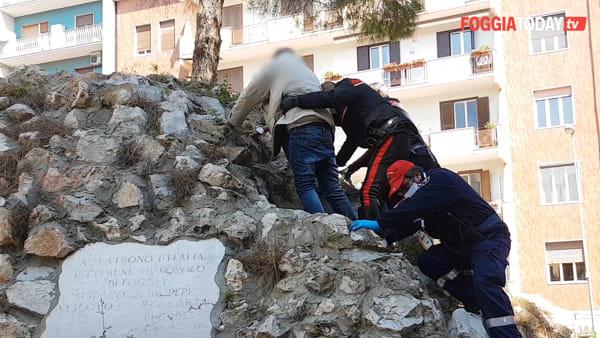 Attimi di apprensione in piazza San Francesco: uomo sale in cima alla statua, carabinieri evitano il peggio