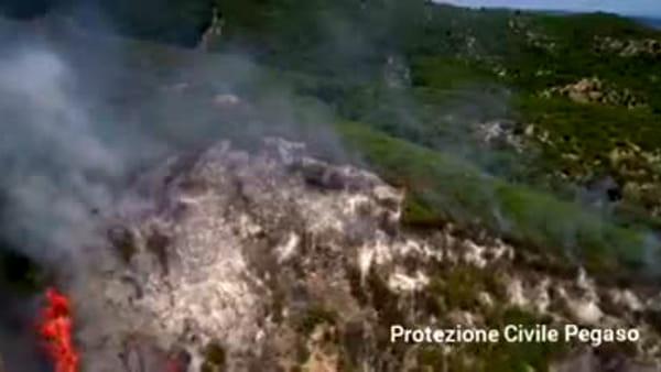 VIDEO - Scoppia incendio sulle montagne di Vieste: le immagini della lingua di fuoco riprese dal drone