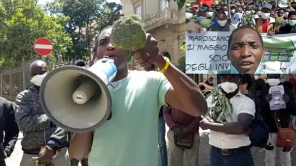 """La marcia dei braccianti dai campi a Foggia. Armati di broccoli e carciofi minacciano di fermarsi: """"Questo è solo l'inizio"""""""