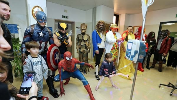 "Incredibile sorpresa ai piccoli pazienti, tra i reparti spuntano Spiderman e altri cosplay: ""Un regalo ai veri supereroi"""