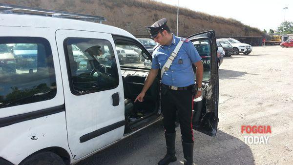 Un Carabiniere mostra il telaio contraffatto del mezzo trovato in possesso dell'arrestato_-3-2