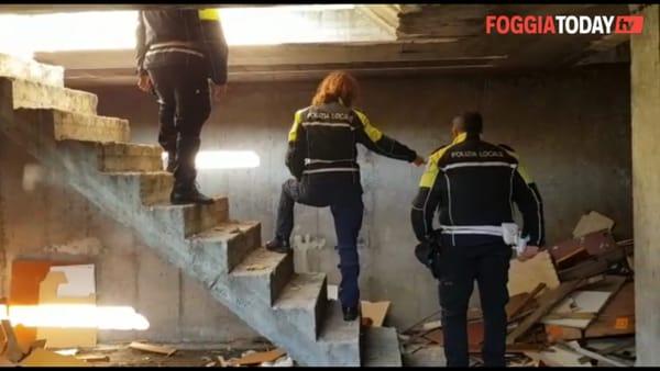 """Tonnellate di legna e plastica nei sotterranei di una palazzina: """"Servivano per il falò, ma poteva diventare una tragedia"""""""