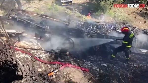[ VIDEO ] Paura a Vieste: camion precipita nel vuoto e va a fuoco, conducente tra le fiamme riesce a salvarsi