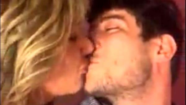 Lobby gay dietro le 'Sardine'? Il bacio-provocazione tra Luxuria e Donnoli diventa virale
