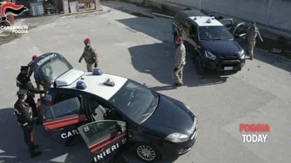 Massiccio intervento di Cacciatori e Carabinieri in un'azienda di calcestruzzi: qui venivano occultati armi, droga e munizioni (video)