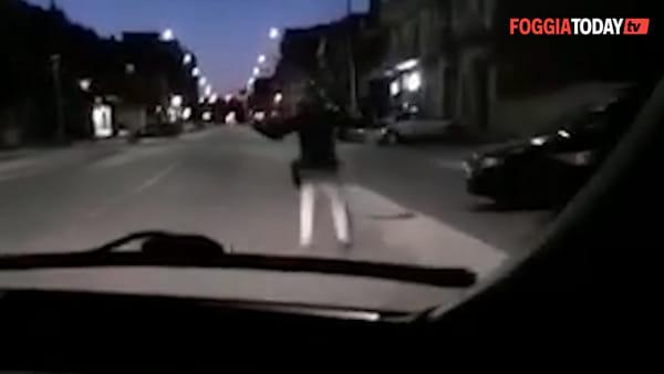 """VIDEO - Follia in auto, si filmano mentre tentano di investire una agente della Polizia Locale: """"Si vede quando lo stavo prendendo?"""""""