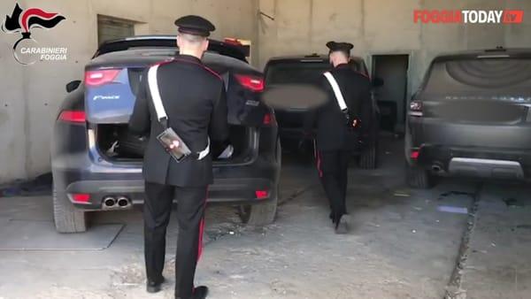 Auto di lusso rubate e pronte a finire nel mercato illegale, scatta il blitz dei carabinieri: le immagini dell'operazione