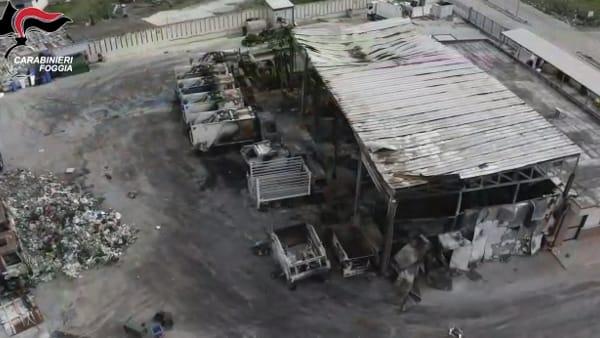Le mani che hanno provocato un inferno di fiamme e distruzione, dall'auto delle intercettazioni anche una rapina sventata