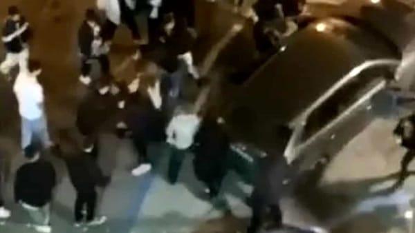 Rissa e urla per motivi sentimentali: botte tra giovanissimi, decine di persone in strada creano un pericoloso assembramento