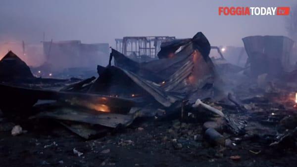 Paura al Gran Ghetto: grosso incendio nella notte, distrutte decine di baracche