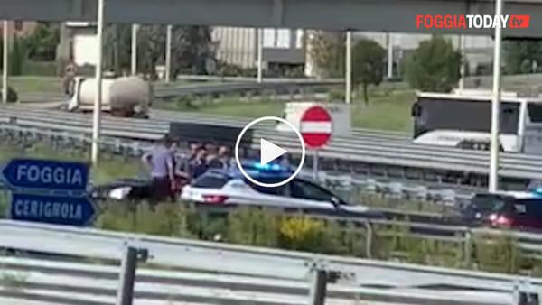 VIDEO | Prima il pericoloso inseguimento, poi l'arresto: scene da film sulla Statale 16, fermato un uomo
