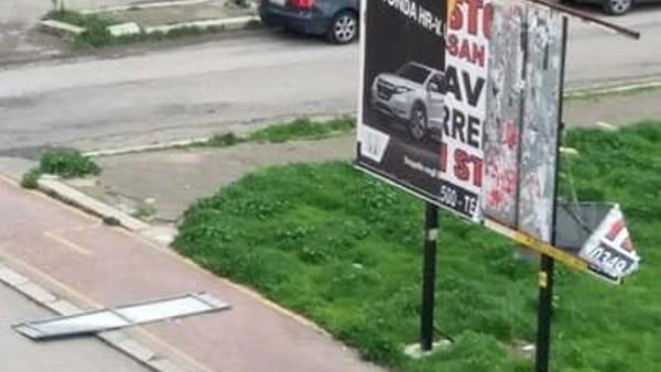 cartellone pubblicitario divelto-2