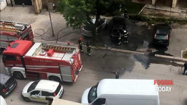Paura in viale Di Vittorio, la strada invasa dal fumo: a fuoco un'auto parcheggiata, forse un cortocircuito