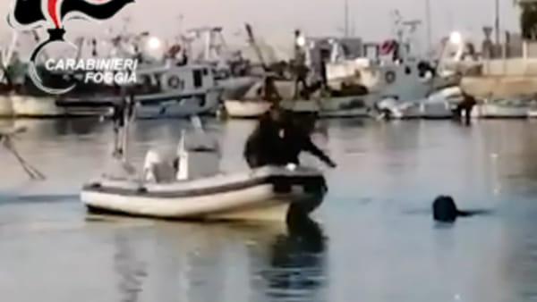 Si tuffa in mare per sfuggire ai carabinieri, ma rischia l'ipotermia: 18enne 'salvato' e arrestato per furto