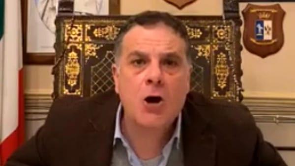 """Mascherine a 10 euro, """"vergognatevi, siete degli strozzini!"""". Il sindaco: """"Vi ho mandato io i Nas"""""""