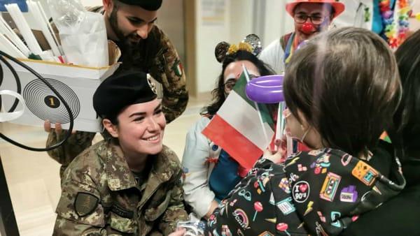 Che spettacolo in ospedale: militari dell'Esercito donano il sangue in massa e allietano i pazienti con la fanfara