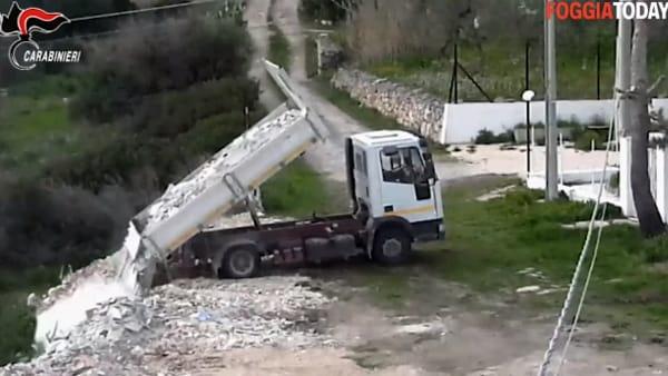 VIDEO - Telecamere riprendono il malvezzo criminale: ecco come scaricavano i rifiuti in un'area del Parco del Gargano