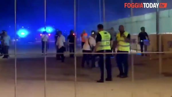 Brindisi-Foggia finisce in rissa, scontri tra tifosi nel parcheggio dello stadio: le immagini dei tafferugli