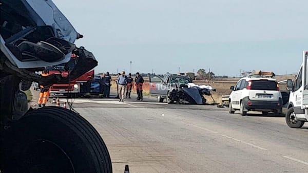 VIDEO | Sangue sulla SS16, un morto nello schianto tra auto e tir: le immagini sul luogo dell'accaduto