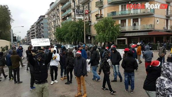 """Migrante portato in Questura, i compagni sul piede di guerra: """"Ridateci Mustafà"""". Caos e disagi al traffico in via Bari"""