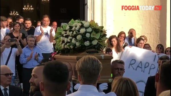 """VIDEO   Brividi e lacrime per Francesco, cori e applausi all'uscita del feretro dalla chiesa: """"Sarai sempre con noi"""""""