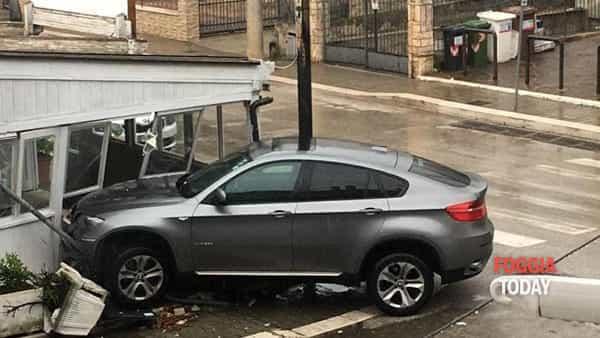 Incredibile a San Giovanni Rotondo: auto esce fuori strada ed 'entra' in un ristorante