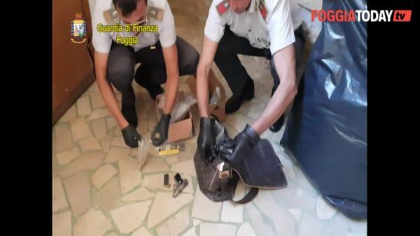 VIDEO | Pistole, droga e anche una bomba artigianale nascosta nella carrozzeria: le immagini che incastrano padre e figlio