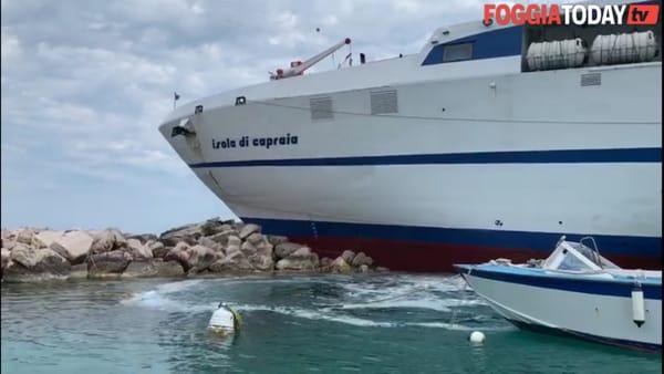 Paura alle Tremiti: motonave 'Tirrenia' si incaglia sugli scogli del molo di San Domino